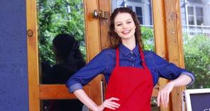 Empregada de mesa de sorriso que está na entrada do café filme