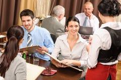 A empregada de mesa do almoço de negócio toma o restaurante da refeição do pedido imagens de stock
