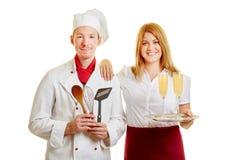 Empregada de mesa e cozinheiro chefe como o pessoal de serviço imagem de stock royalty free