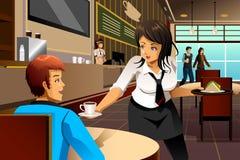 Empregada de mesa em clientes de um serviço do restaurante Imagens de Stock Royalty Free