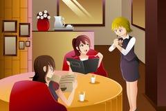 Empregada de mesa em clientes do serviço do restaurante Fotografia de Stock
