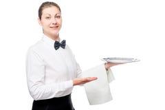 Empregada de mesa feliz com uma bandeja de prata vazia, retrato isolado Fotografia de Stock