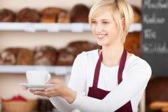 Empregada de mesa Giving Coffee Cup no café Imagens de Stock