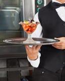 Empregada de mesa Holding Dessert Tray imagens de stock royalty free