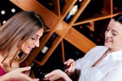 Empregada de mesa no restaurante que oferece o vinho vermelho Foto de Stock Royalty Free