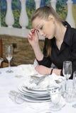 Empregada de mesa no trabalho Fotos de Stock Royalty Free