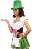 Empregada de mesa no traje do dia de St Patrick Foto de Stock