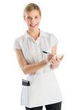 Empregada de mesa nova feliz With Order Pad e pena fotografia de stock