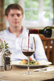 Empregada de mesa Pouring Customer Glass do vinho tinto imagem de stock royalty free