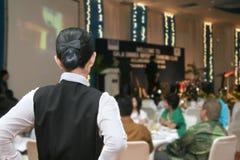 Empregada de mesa pronta no jantar de gala Fotos de Stock Royalty Free