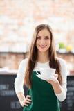 Café do serviço da empregada de mesa Imagens de Stock