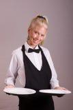 Empregada de mesa que prende duas placas Fotografia de Stock Royalty Free
