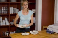 Empregada de mesa que prende uma sobremesa no contador do café Imagens de Stock