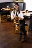 Empregada de mesa que toma uma ruptura Imagem de Stock