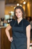 Empregada de mesa Standing With Hand no quadril no café Fotografia de Stock