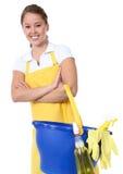 Empregada doméstica bonito da mulher com fontes de limpeza Imagem de Stock