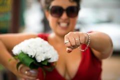 Empregada doméstica de honra com alianças de casamento foto de stock