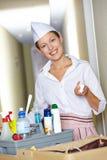 Empregada doméstica do hotel atrás do carro da limpeza Fotografia de Stock Royalty Free
