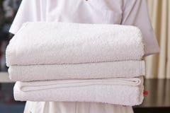 Empregada doméstica no hotel com toalhas frescas Foto de Stock Royalty Free