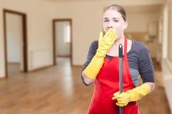 Empregada doméstica nova atrativa que é cansado e que boceja Imagens de Stock Royalty Free