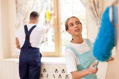 A empregada doméstica nova bonita e seu colega são Imagem de Stock