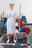 Empregada doméstica nova Cleaning The Floor fotos de stock royalty free