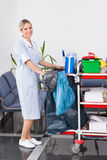 Empregada doméstica nova Cleaning The Floor fotografia de stock