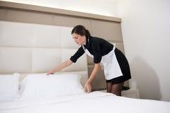 Empregada doméstica que faz a cama Imagens de Stock Royalty Free
