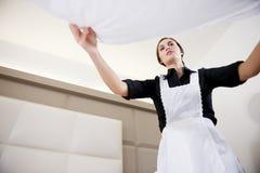 Empregada doméstica que faz a cama Foto de Stock Royalty Free