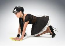 A empregada doméstica 'sexy' bonita limpa o assoalho Fotografia de Stock Royalty Free
