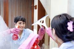 Empregada doméstica alegre do hotel Fotografia de Stock Royalty Free