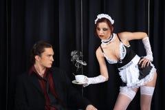 Empregada doméstica 'sexy' que dá uma chávena de café Imagens de Stock Royalty Free