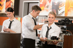 Empregadas de mesa seguras e garçom que trabalham na barra Imagens de Stock Royalty Free