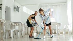 Empregadas domésticas más e alegres Dança com um ESPANADOR vídeos de arquivo