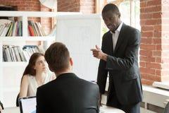 Empregado afro-americano que comporta-se rudemente durante o meetin da instrução fotos de stock royalty free