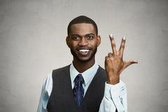 Empregado da empresa que dá um gesto de três dedos das épocas fotos de stock royalty free