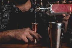 Empregado de bar com um cocktail foto de stock