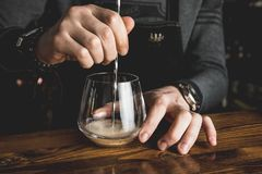 Empregado de bar com um cocktail imagem de stock