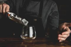 Empregado de bar com um cocktail fotos de stock royalty free