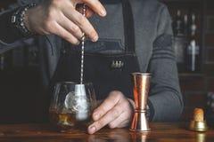 Empregado de bar com um cocktail imagens de stock