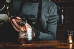 Empregado de bar com um cocktail fotos de stock