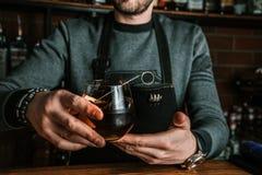 Empregado de bar com um cocktail imagens de stock royalty free