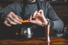 Empregado de bar com um cocktail foto de stock royalty free