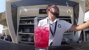 Empregado de bar considerável novo Preparing Alcoholic Cocktail, vodca de derramamento, gelo de mistura video estoque