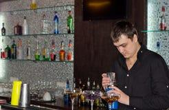 Empregado de bar em um bar que prepara cocktail alcoólicos imagem de stock