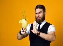 Empregado de bar farpado com o cocktail da terra arrendada da barba no waistcoat foto de stock royalty free