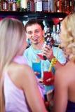 Empregado de bar feliz Foto de Stock Royalty Free
