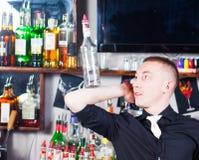 Empregado de bar na ação Imagens de Stock Royalty Free