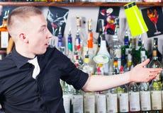Empregado de bar na ação Fotografia de Stock