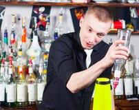 Empregado de bar na ação Fotos de Stock Royalty Free